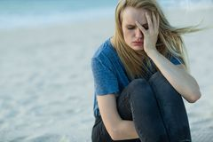 Traurige Frau draußen lizenzfreie stockbilder