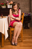 Traurige Frau erhalten die Unterleibsschmerz Stockbilder