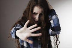 Traurige Frau erschrak das Setzen der Hand vor Gesicht Gesten, Körper L lizenzfreies stockfoto