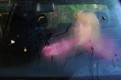 Traurige Frau im Auto im Fall Lizenzfreie Stockfotografie