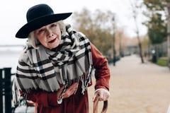 Traurige Frau im Ruhestand, die gerade Kamera betrachtet stockbilder