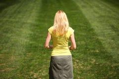 Traurige Frau im sonnigen Park Stockfoto