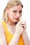 Traurige Frau mit Geweben lizenzfreie stockfotografie