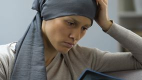 Traurige Frau mit Krebs, der das Röntgenstrahlbild, entmutigt, keinen Willen, um zu kämpfen betrachtet stock video