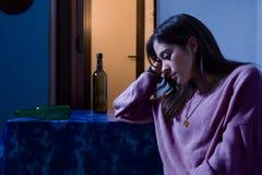 Traurige Frau mit leeren Flaschen stockfotos