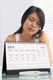 Traurige Frau mit negativer Schwangerschaftprüfung Stockbilder