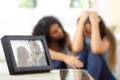 Traurige Frau nach einem Auseinanderbrechen mit einem Freundtrost Stockfotografie
