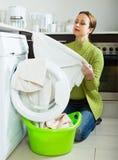 Traurige Frau nahe Waschmaschine Stockfotografie