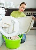 Traurige Frau nahe Waschmaschine Stockfotos