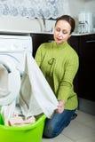 Traurige Frau nahe Waschmaschine Stockbilder