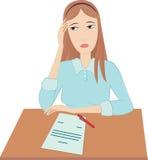 Traurige Frau sitzt an einem Tisch lizenzfreie abbildung