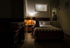 Traurige Frau wegen der Trennung ihres Verhältnisses Lizenzfreie Stockfotografie
