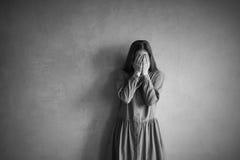 Traurige Frauenbedeckung ihr Gesicht Stockfotografie