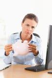 Traurige Geschäftsfrau mit einer leeren piggy Querneigung Lizenzfreies Stockfoto