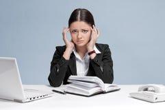 Traurige Geschäftsfrau mit persönlichem Organisator. Lizenzfreies Stockbild