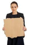 Traurige Geschäftsfrau mit Stück Pappe Lizenzfreies Stockbild