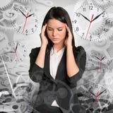 Traurige Geschäftsfrau mit Uhren Lizenzfreie Stockbilder