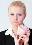 Traurige Geschäftsfrau mit unterbrochenem piggybank Stockbilder