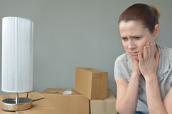 Traurige gewaltsam vertriebene Frau gesorgt, Haus verlagernd stockbild