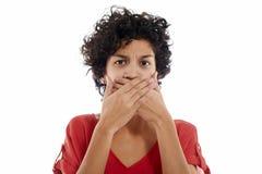 Traurige hispanische Frau mit den Händen auf Mund Stockfotos
