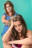 Traurige jugendlich und ihre besorgte Mutter Lizenzfreie Stockfotografie