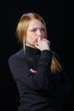 Traurige junge Blondine denkt allein Stockfotografie