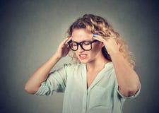 Traurige junge Frau in den Gläsern mit besorgtem betontem Gesichtsausdruck Stockbilder
