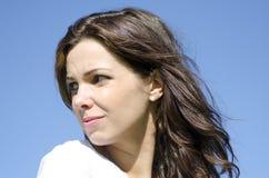 Traurige junge Frau des Porträts im Freien stockfoto