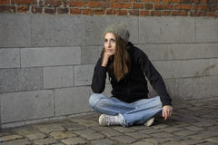 Traurige junge Frau des Schmutzes mit Strickmütze stockfoto