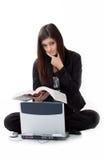Traurige junge Frau, die für Hilfe durch Computer sucht lizenzfreie stockbilder