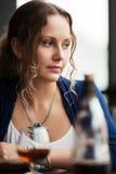 Traurige junge Frau, die unten schaut Stockfoto