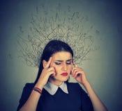 Traurige junge Frau mit besorgtem betontem Gesichtsausdruck Stockfotos