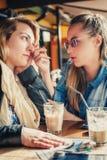 Traurige junge Frau mit Freund Lizenzfreies Stockbild
