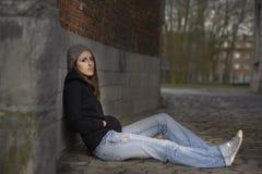 Traurige junge Frau mit Strickmütze lizenzfreie stockfotografie