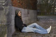 Traurige junge Frau mit Strickmütze lizenzfreie stockfotos