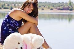 Traurige junge Frau nahe Wasser stockfotos
