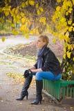 Traurige junge Frau sitzen stockfoto