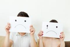 Traurige junge Paare, junge Paare in der Verzweiflung lizenzfreies stockfoto