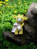 Traurige kleine gewirkte Giraffe, Pessimismus Handgemacht, Spielzeug, amigurumi lizenzfreie stockfotos