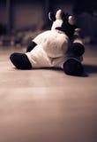 Traurige Kuh angefülltes Spielzeug im Sepia Lizenzfreie Stockbilder
