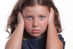 Traurige Mädchen-Bedeckung-Ohren Stockbild