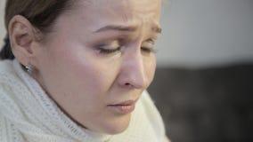 Traurige missbrauchte Frau mit braunen Augen schreiend, trennend von Ihrer geliebten stock footage