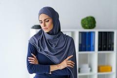 Traurige moslemische Frau fühlt sich tut mir leid lizenzfreie stockfotografie