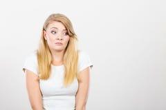 Traurige nette junge blonde attraktive Frau Lizenzfreies Stockfoto