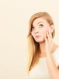 Traurige nette junge blonde attraktive Frau Lizenzfreie Stockfotos
