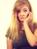 Traurige nette junge blonde attraktive Frau Stockfotografie