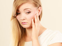 Traurige nette junge blonde attraktive Frau Lizenzfreie Stockbilder