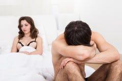 Traurige Paare auf Matratze nach Argument Stockbild