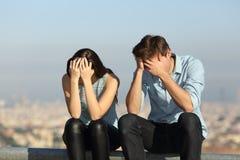 Traurige Paare, die sich draußen nach Argument beschweren stockbild