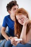 Traurige Paare mit Schwangerschaftstest Lizenzfreie Stockfotografie